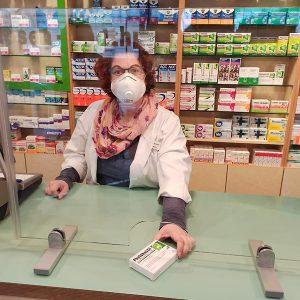 Durch eine Öffnung in der Spuckschutzwand aus Glas ist eine Übergabe von Medikamenten oder anderen Produkten möglich. Ebenfalls wird dadurch weiterhin der Schutz des Kunden sowie des Mitarbeiters beibehalten